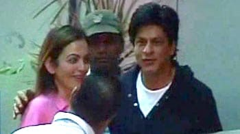 Video : SRK, Nita Ambani return to Mumbai from the US