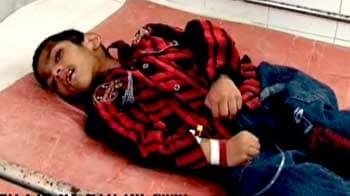 Videos : कई ट्रेनें ऊपर से गुज़रीं, फिर भी सलामत रहा बच्चा