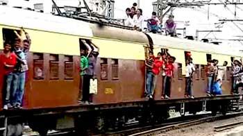 Videos : मुंबई : लोकल ट्रेन से गिरकर दो की मौत