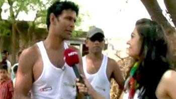 Videos : दिल्ली से मुंबई तक दौड़ रहे हैं मिलिंद