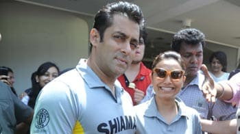 Video : Salman Khan plays cricket for charity