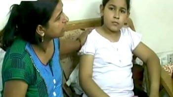 Videos : बहादुर मां ने अपनी बच्ची को बचाया