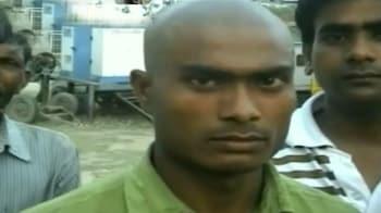 Videos : एसडीएम ने युवक का सिर गंजा करवाया