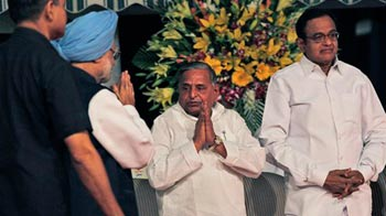 Video : Mulayam takes centre stage at UPA-II dinner