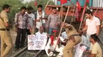 Video : Bharat Bandh: Samajwadi Party workers stop trains in Allahabad