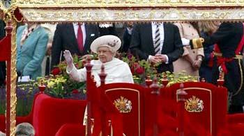 Video : Britain's Queen Elizabeth joins giant jubilee flotilla in London