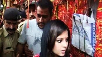 Videos : 'हमर' चलाते हुए साक्षी के साथ मंदिर पहुंचे धोनी