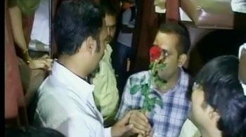 Videos : मोदी समर्थकों की गांधीगिरी, पटना की ट्रेनों में बांटे फूल