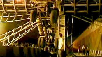Videos : दिल्ली में फुटब्रिज से टकराकर अंडरपास में फंसा ट्रक