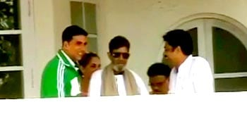 Video : Rajesh Khanna is fine, says son-in-law Akshay Kumar