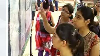 Videos : डीयू में दाखिले की दौड़ शुरू, 99 फीसदी पर कट ऑफ