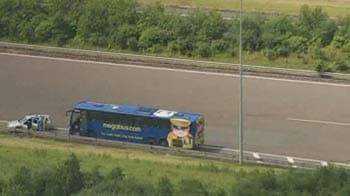 Video : Bus searched on London motorway after arrest of six terror suspects