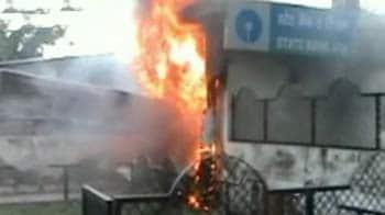 Videos : आगरा : एटीएम मशीन में आग, 30 लाख जलकर खाक