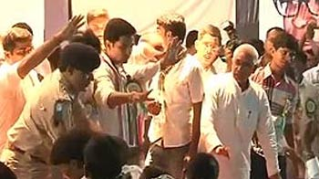 Video : Chaos at Nitish Kumar function: Students rush to stage, his bodyguards push them off