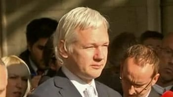 Video : Ecuador grants asylum to Assange, defying UK