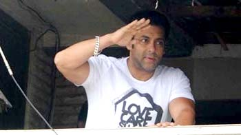 Video : Salman Khan celebrates Eid with fans and family