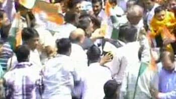 Video : हिमाचल : बीजेपी विधायक को कांग्रेसियों ने सरेआम पीटा