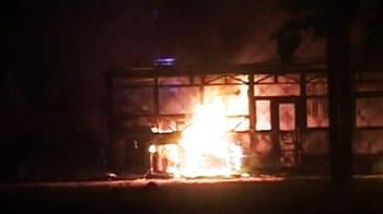 Video : मयूर विहार में भीड़ ने बस, ट्रक में लगाई आग