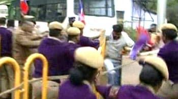 Video : Sri Lankan pilgrims' buses targeted en route to airport for evacuation