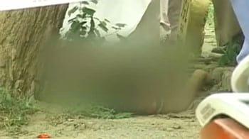Videos : बच्चे को स्कूल छोड़कर लौट रही महिला को गोली मारी