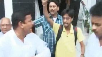 Video : Scuffle between Anna supporters and Congress workers in Patna