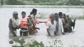 Video : Harda jal satyagraha: In dawn crackdown, cops pull out protesters from water