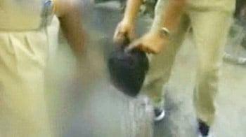 Video : बाल पकड़कर युवक को घसीटते हुए ले गई पुलिस