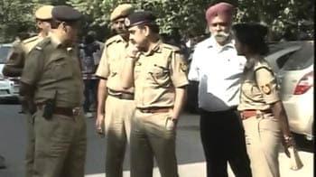 Video : दिल्ली : गार्ड को गोली मारकर बैंक वैन से 5 करोड़ लूटे
