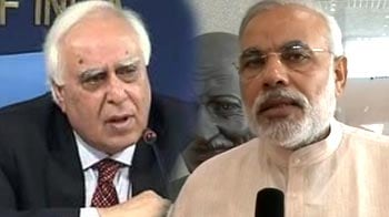 Video : Sibal sends Modi Aakash tablet, but is unable to deliver
