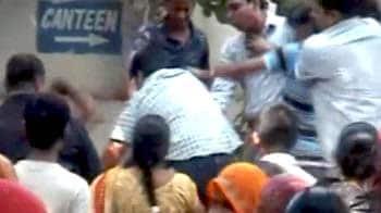 Video : कांग्रेसी कार्यकर्ताओं ने की IAC के सदस्य की पिटाई!
