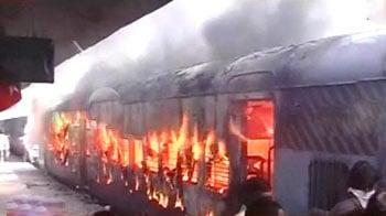 Video : हैदराबाद-शोलापुर एक्स. में आग, दो मरे