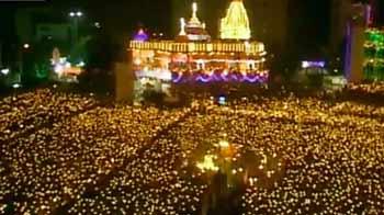 Videos : सूरत में 'महा-आरती' : 25,000 लोगों ने एक साथ की प्रार्थना