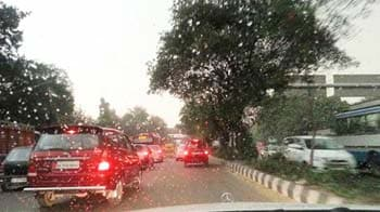 Video : Hailstones, rain and storm in Delhi