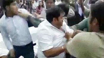 Videos : केजरीवाल की पीसी में हंगामा