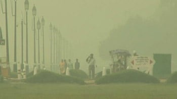 Video : Thick blanket of smog engulfs Delhi as temperatures continue to dip