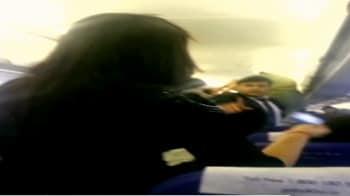 Videos : इंडिगो फ्लाइट में सवार व्यक्ति ने किया हंगामा