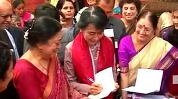 Video : Suu Kyi visits her old college