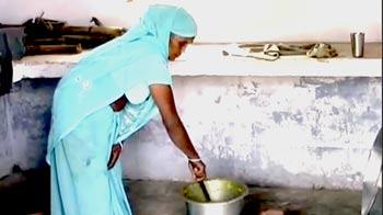 Video : मिड-डे मील पकाने पर दलित महिला की पिटाई
