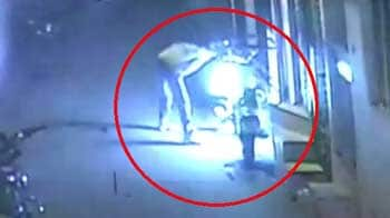 Videos : कैमरे में कैद : दो सनकी लड़कों ने फूंके 19 टू-व्हीलर्स