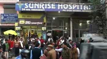 Video : गुड़गांव के अस्पताल में भर्ती बाप-बेटे को गोली मारी