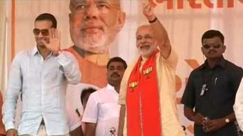 Video : Gujarat elections: Cricketer Irfan Pathan joins Modi in rally