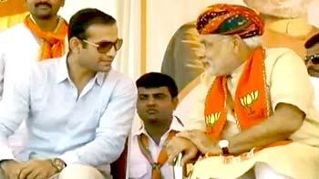 Videos : नरेंद्र मोदी के साथ मंच पर दिखे इरफान पठान