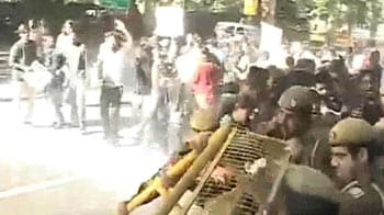 Video : Water cannons used on protesters at chief minister's home