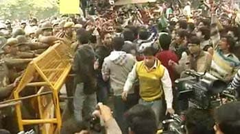Video : At Jantar Mantar protests, attempts to break police barricades