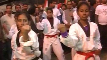 Video : Team Anna teaches women self-defence at Jantar Mantar