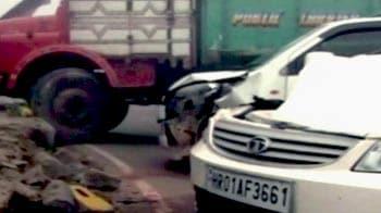 Video : कोहरे का कहर : 10 गाड़ियां भिड़ीं, एक बच्चे की मौत