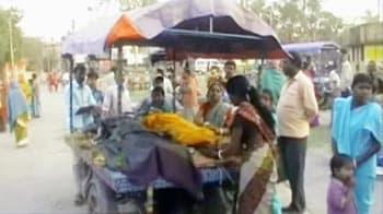 Video : बंगाल में खुले मैदान में महिलाओं का बंध्याकरण
