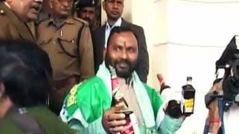 Videos : बिहार विस में शराब की बोतल लेकर घुसा आरजेडी एमएलए