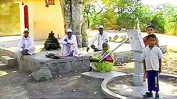 Video : महाराष्ट्र : पानी की भीख मांग रहे लोग