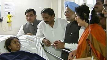 Video : Hyderabad blasts: PM meets injured, says 'I share your pain and grief'